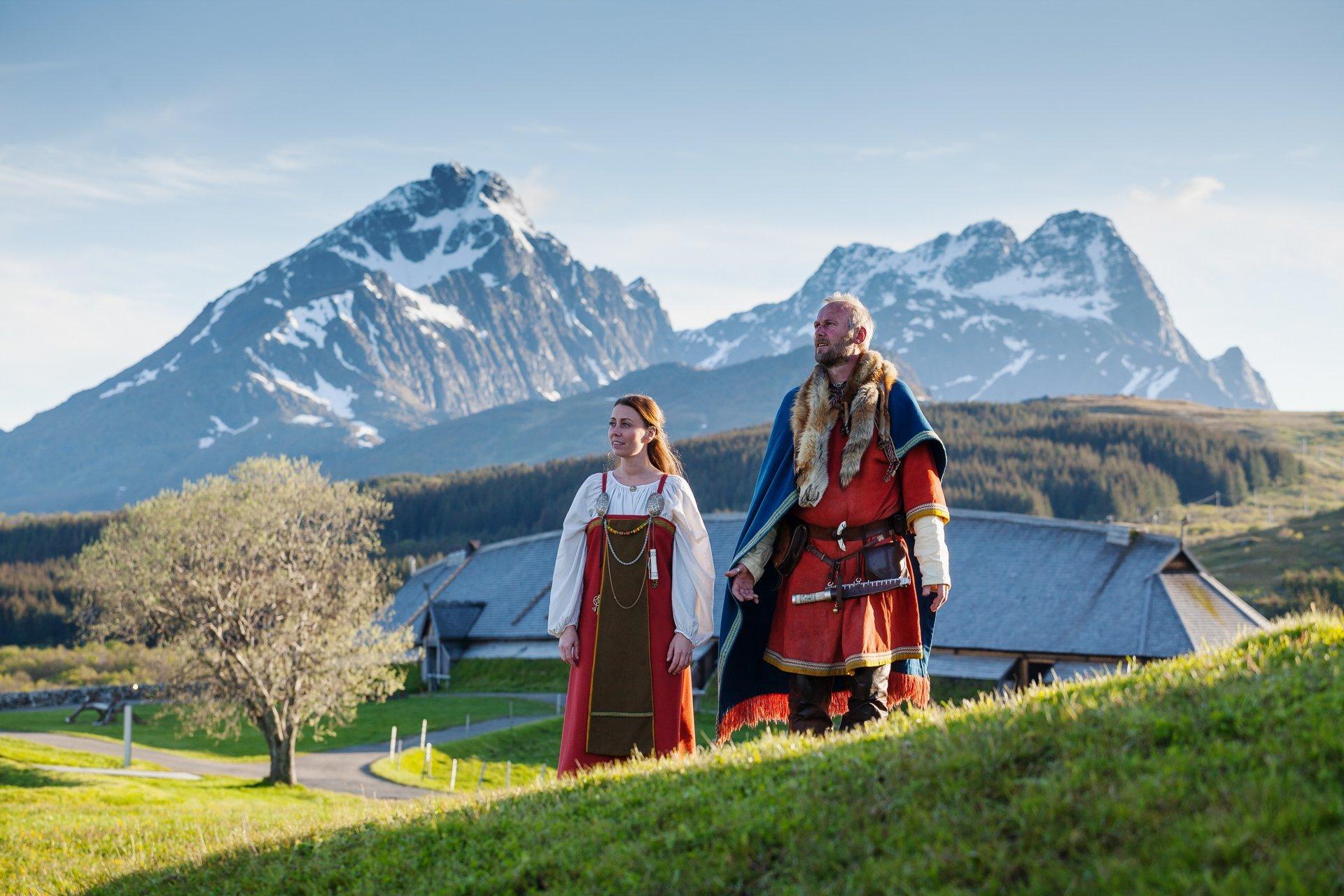 Vikingkvinne og mann på en høyde